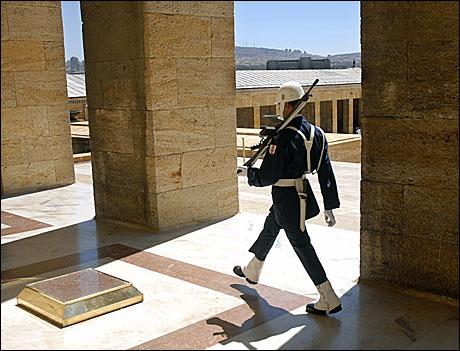 Ataturk%20uniforma%20inchisa.JPG